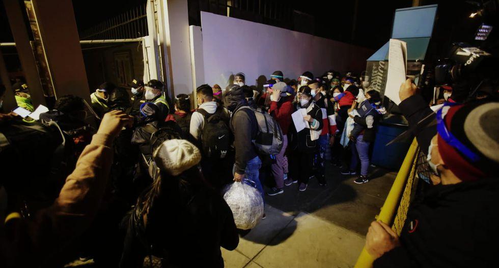 En el día 122 del estado de emergencia por coronavirus, se reportaron aglomeraciones de personas sin respetar el distanciamiento social en plena pandemia de coronavirus, en los exteriores del Aeropuerto Internacional Jorge Chávez. (Foto: César Grados)