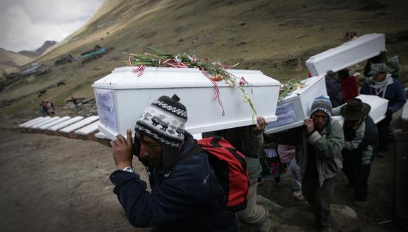 Los casos de personas desaparecidas o de restos sin identificar se cuentan por miles en Perú. En la foto, los restos de las víctimas de la matanza de Putis. (Foto: Fernando Fujimoto / Archivo El Comercio)