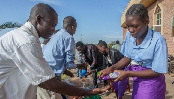 En Lilongwe, Malawi, también están tomando medidas preventivas contra la covid-19, como lavarse constantemente las manos. (AFP).