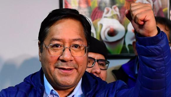 El candidato presidencial izquierdista de Bolivia Luis Arce del partido Movimiento por el Socialismo celebra la madrugada del 19 de octubre de 2020 en La Paz, Bolivia. (Foto: AFP / RONALDO SCHEMIDT).