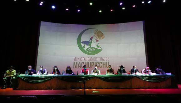 Las autoridades y dirigentes en el auditorio del Centro Cultural de Machu Picchu empiezan con la tercera mesa de dialogo. (Foto: Melissa Valvidia)