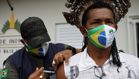 Un trabajador de salud del Distrito Sanitario Especial Indígena de Manaus administra la vacuna contra la enfermedad del coronavirus CoronaVac (COVID-19) de Sinovac a un indígena en la aldea de Makira en Itacoatiara, estado de Amazonas Brasil. (Foto: REUTERS / Bruno Kelly).
