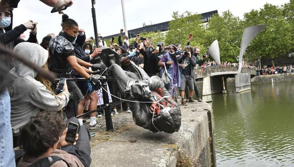 Miembros del movimiento Black Lives Matter echan a un río una estatua de Edward Colston, traficante de esclavos durante el siglo XVII, en Bristol, Inglaterra, el pasado domingo 7 de junio. (Foto: Ben Birchall/PA via AP).