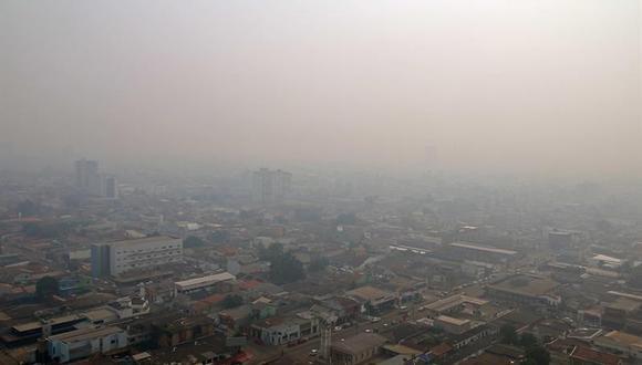 Una nube de humo cubre la ciudad de Porto Velho, en el estado de Rondonia, en Brasil. (Foto: EFE)