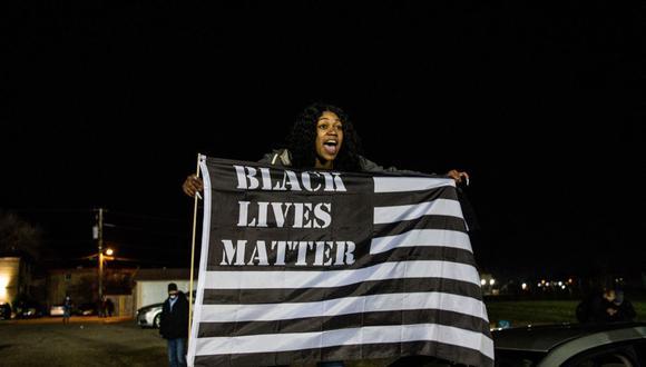 Una manifestante grita consignas mientras protesta por la muerte a tiros de Daunte Wright por un oficial de policía en Brooklyn Center, Minnesota, el 17 de abril de 2021. (Foto de CHANDAN KHANNA / AFP).