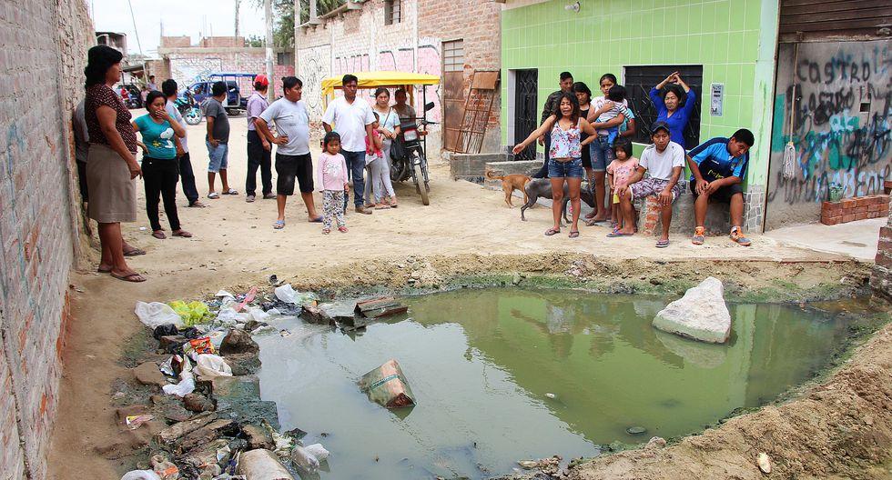 Los vecinos de La Unión conviven con desagües expuestos y malos olores, y por eso protestaron el último lunes, bloqueando las calles del distrito. (Foto: Ralph Zapata / El Comercio).