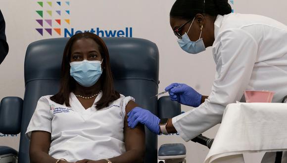 Sandra Lindsay recibió la vacuna en el Long Island Jewish Medical Center de Queens. (REUTERS)