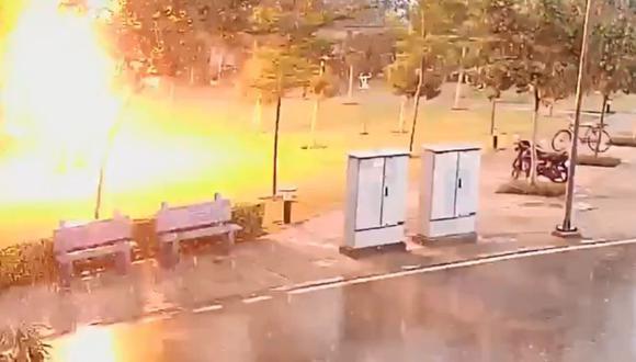 En redes sociales circuló un video del momento exacto en que el rayo los impacta. (Foto: El Tiempo de Colombia, vía GDA).