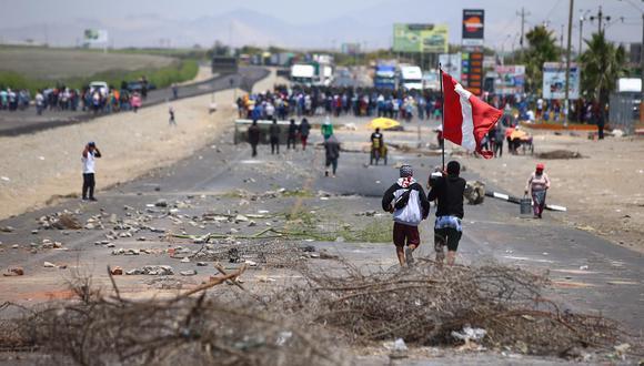De acuerdo con la PNP, el bloqueo de la Panamericana Sur se mantiene en cuatro puntos. (Foto: Hugo Curotto / @photo.gec)