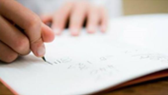 Mujer maltratada pide ayuda con una nota en la tarea de su hijo