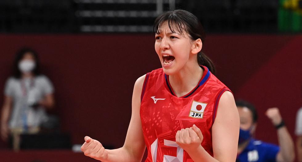 Aki Momii reacciona después de un punto en el partido de voleibol femenino de la ronda preliminar del grupo A entre Japón y Brasil durante los Juegos Olímpicos de Tokio 2020 en el Ariake Arena en Tokio el 29 de julio de 2021. (Photo by ANGELA WEISS / AFP)