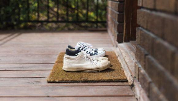 La limpieza debe empezar por asegurarse que la suela de los zapatos esté desinfectada antes de ingresar a casa. Con agua y lejía basta. (Foto: Istock)