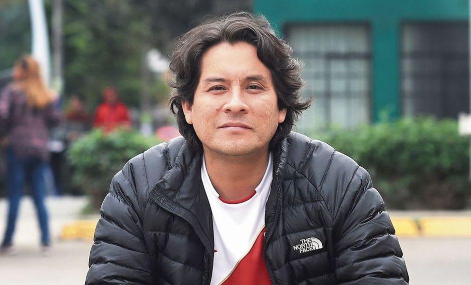 El escritor y periodista peruano, Jeremías Gamboa; con el libro 'Mundialistas' en mano, recuerda los mundiales pasados de Perú. (Foto: El Comercio / Dante Piaggio)