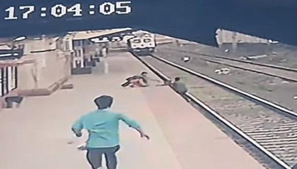 El espectacular rescate de un niño que cayó a las vías de un tren. (Foto: @PiyushGoyal / Twitter)