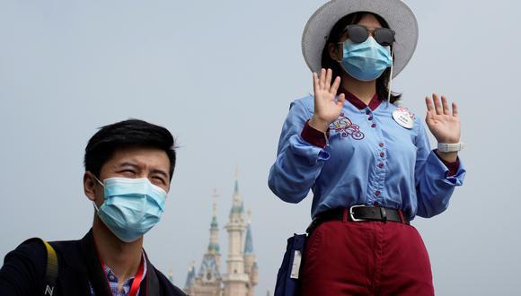 Turistas llevan mascarillas en el Shangai Disneyland, que reabrió sus puertas hace algunas semanas, pero bajo las nuevas condiciones de distancia social. (Reuters)