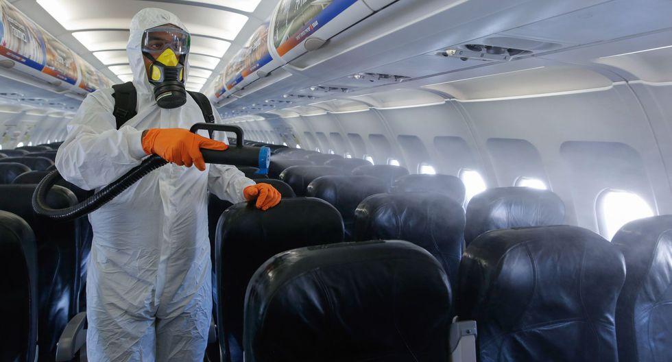 Un trabajador israelí rocía desinfectante en la cabina de un avión Airbus A320 de Israir Airlines, en el Aeropuerto Internacional Ben Gurion, en medio de la nueva pandemia de coronavirus. (Foto: GIL COHEN-MAGEN / AFP).
