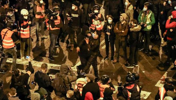 Un hombre lanza un objeto, mientras los partidarios del rapero catalán arrestado Pablo Hasel protestan en Barcelona, España. (Foto: REUTERS / Nacho Doce).