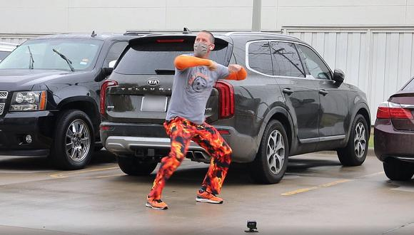 Chuck Yealding, un padre que baila frente al hospital donde su hijo recibe quimioterapia por la leucemia que sufre. (Foto: Cook Children's Medical Center)