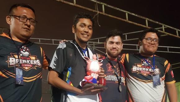'Escombraura' sosteniendo el trofeo junto a otros jugadores. (Difusión)