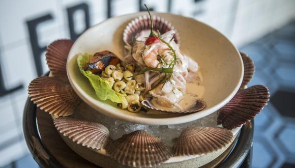Fresquísimo cebiche conchero, con pescados y mariscos. La leche de tigre lleva conchas de abanico. Fotos: Maricé Castañeda.