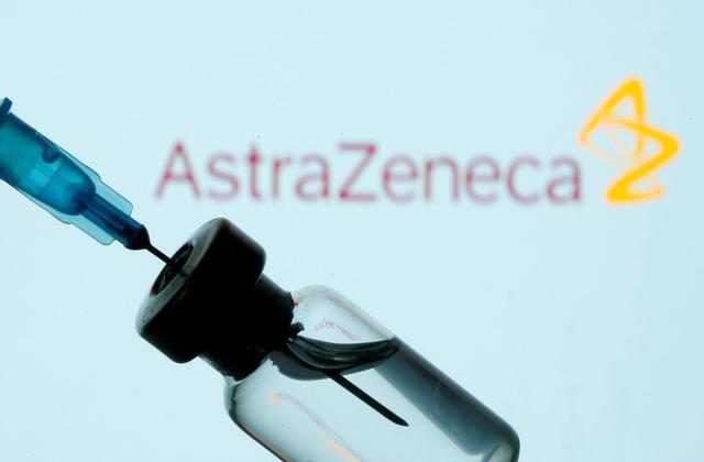 En esta ilustración tomada el 11 de enero de 2021, se ven un frasco y una jeringa frente al logotipo de AstraZeneca. (REUTERS / Dado Ruvic).