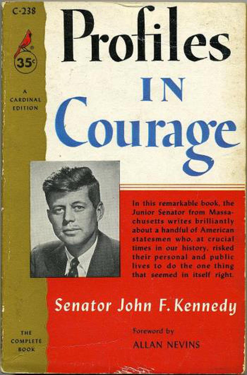 """Durante su recuperación tras las intervenciones escribió el libro """"Perfiles de Coraje"""" donde narra ocho situaciones donde senadores arriesgaron sus cargos por defender sus principios. El libro gana un premio Pulitzer en 1957. (JFK Library)"""