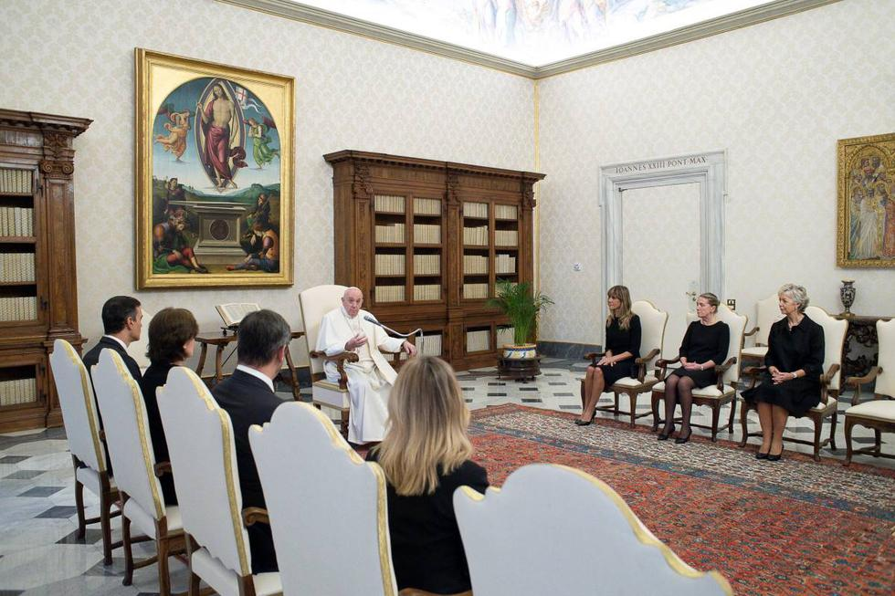 El papa Francisco se reúne con Pedro Sánchez y su esposa  Begoña Gómez en el Vaticano, el 24 de octubre de 2020. (Vatican Media/REUTERS).
