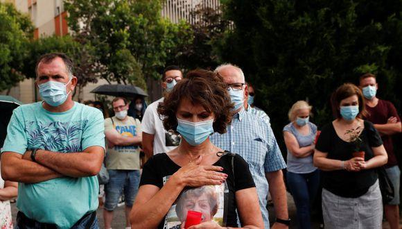 Familias rindiendo homenaje a quienes murieron por Covid-19 en Madrid. Foto: Reuters)