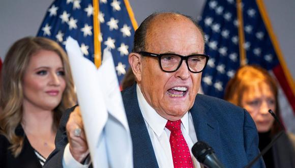 Rudy Giuliani habla sobre los desafíos legales del presidente Donald Trump tras su derrota electoral, en Washington, DC, 19 de noviembre de 2020. (EFE / EPA / JIM LO SCALZO).