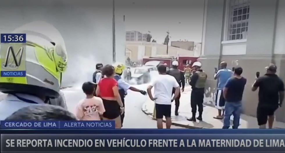 Los Bomberos controlaron el incendio de un automóvil en los alrededores de la Maternidad de Lima . (Canal N)