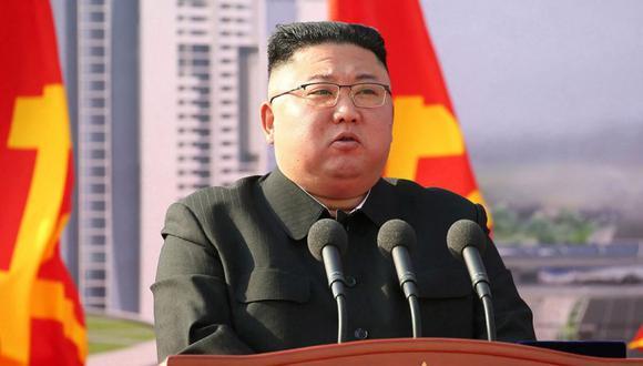 El líder norcoreano Kim Jong-un durante la ceremonia de inauguración de un proyecto de construcción para la construcción de 10000 apartamentos en Pyongyang . (Foto: AFP / KCNA VIA KNS).