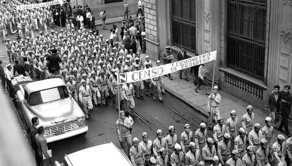 Esta foto fue tomada en el centro de Lima el 30 de junio de 1961.  En ella se ve a escolares que marchan para concientizar sobre la importancia del VI Censo Nacional de Población, llevado a cabo ese año. (Foto: Archivo histórico El Comercio)