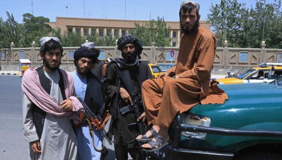 Los combatientes talibanes posan mientras montan guardia a lo largo de la carretera en Herat. (Foto: AFP).