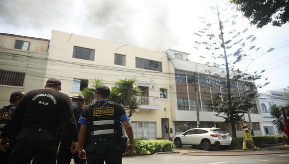 También se encuentran en el lugar agentes de la Policía Nacional y serenos de Lince, a fin de resguardar la integridad de los vecinos. (Captura: José Rojas Bashe / GEC)