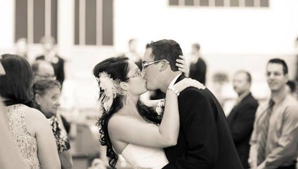 Una joven viuda canadiense decidió posar cada año con su traje de novia para recordar a su difunto esposo | Foto: Facebook / Vanessa Lanktree