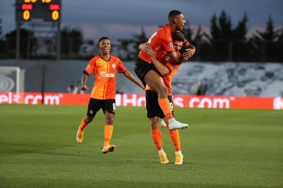 Teté y Varane en propia puerta le dieron la ventaja por 2-0 al Shakhtar en casa del Real Madrid