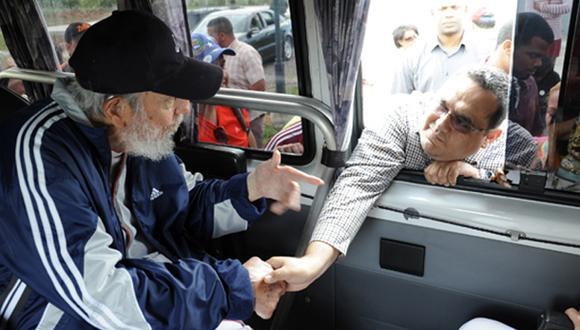Fidel Castro reaparece en público tras 14 meses de ausencia
