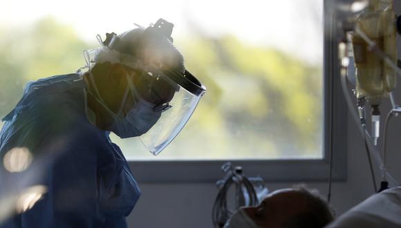 Un enfermero atiende a un paciente que pacede el COVID-19 en Argentina. REUTERS/Agustin Marcarian