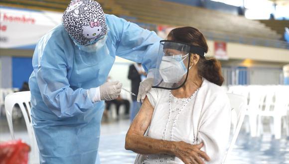 Hoy inició la aplicación de la segunda dosis de la vacuna contra el coronavirus a adultos mayores de 80 años de edad a más. (Foto: César Bueno @photo.gec)