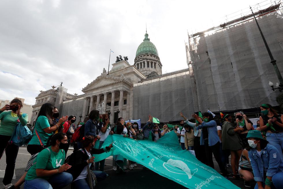 Personas asisten a una manifestación a favor de la legalización del aborto, frente al Congreso Nacional en Buenos Aires, Argentina. (REUTERS/Agustin Marcarian).