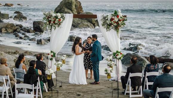 Esta foto muestra a la novia Namisha Balagopal y al novio Suhaas Prasad casándose en una pequeña ceremonia legal el 15 de agosto de 2020 en San Francisco. Ahora la pareja planea una boda tradicional india en agosto en Utah. (Foto: Vellora Productions vía AP).