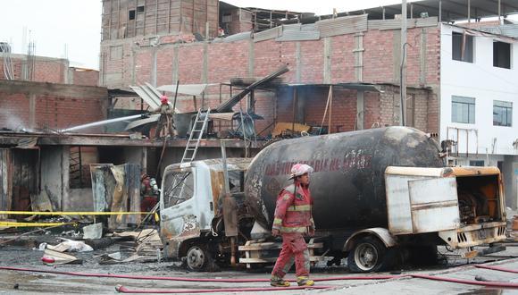 LIMA 23 DE ENERO DEL 2020. Un camión cisterna que transportaba gas licuado de petróleo (GLP) se accidentó esta mañana en el cruce de las avenidas Edilberto Ramos (Mariano Pastor Sevilla) y Villa del Mar, en el distrito de Villa El Salvador, y causó un incendio que alcanzó a decenas de inmuebles. Dos personas murieron a consecuencia del siniestro. Los heridos fueron trasladados al Hospital de Emergencia de Villa El Salvador. FOTO: LINO CHIPANA OBREGÓN