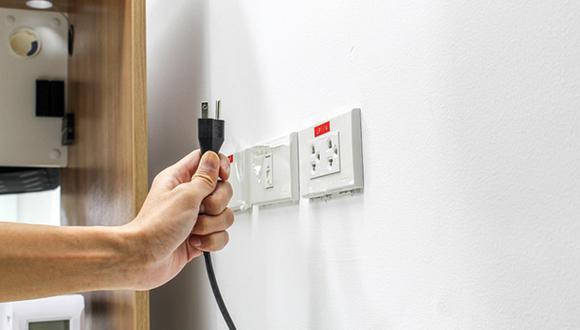 Contrata un personal calificado para hacer una revisión completa de la instalación eléctrica antes de salir de casa. (Foto: Shutterstock)