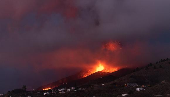 El volcán Cumbre Vieja en El Paso arroja lava como se ve desde Los Llanos de Aridane en la isla canaria de La Palma el 23 de septiembre de 2021. (Foto: DESIREE MARTIN / AFP)