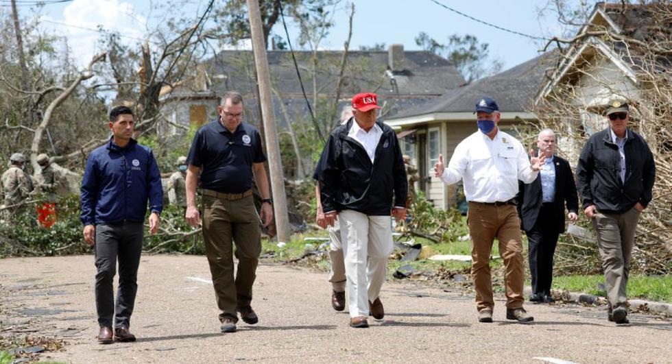 El presidente de los Estados Unidos, Donald Trump, acompañado por el secretario del Departamento de Seguridad Nacional (DHS), Chad Wolf, y el administrador de la Agencia Federal para el Manejo de Emergencias (FEMA), Pete Gaynor, son vistos durante una visita a las áreas dañadas por el huracán Laura en Lake Charles, Louisiana, EE. UU. (REUTERS / Tom Brenner).