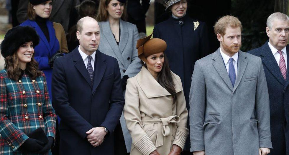 Meghan Markle y el príncipe británico Harry  junto a la británica Catherine y el príncipe William de Gran Bretaña mientras esperan ver frente a la reina Isabel II de Gran Bretaña después de asistir al tradicional servicio de la Iglesia de Navidad de la familia real en la iglesia de Santa María Magdalena en Sandringham, Norfolk, este de Inglaterra, el 25 de diciembre de 2017. (Foto: AFP).