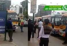 Jesús María: coasters bloquean paradero e impiden paso de autos