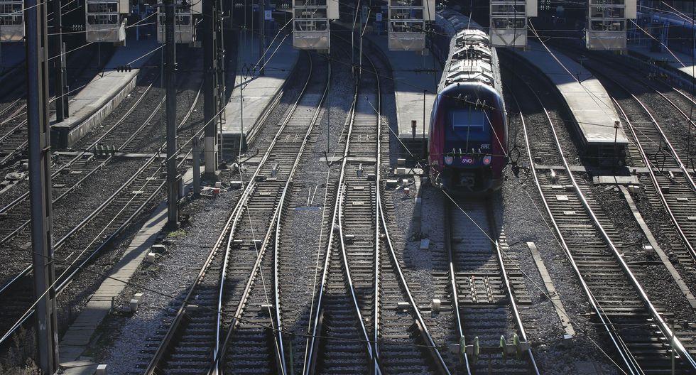 Un tren llega este lunes a la estación de trenes Gare Saint Lazare durante el día 33 de las huelgas de transporte en París. (Foto: AP)
