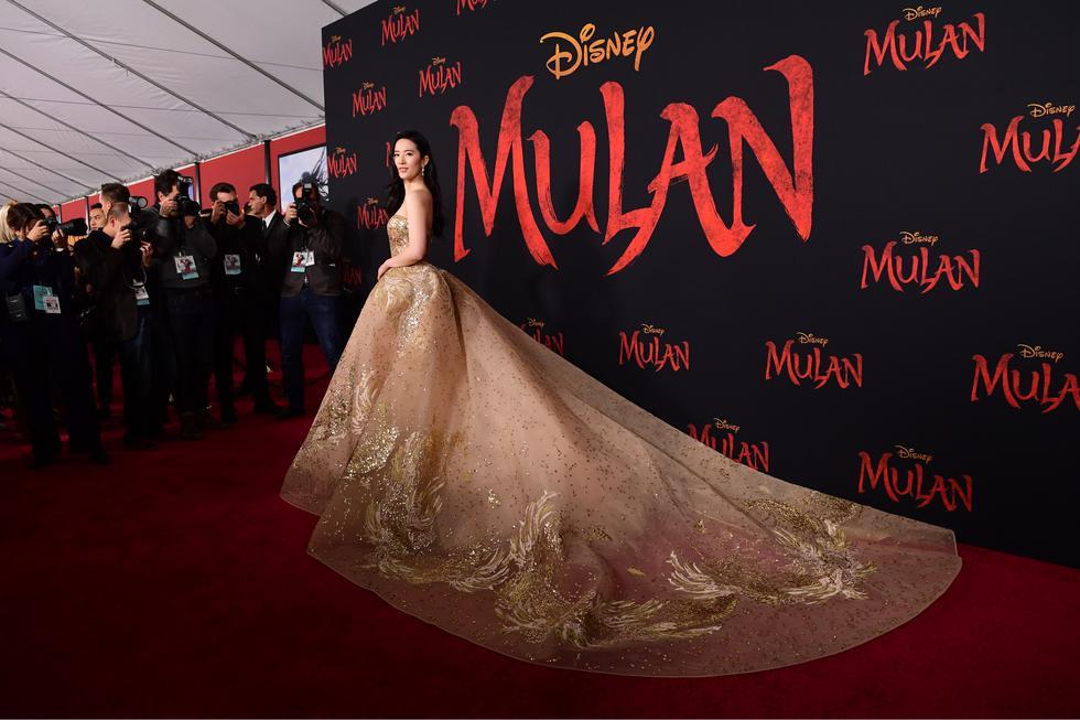 """El cast de """"Mulan"""" arribó en los Estados Unidos para la premiere de la cinta en el Paseo de la Fama de Hollywood. En esta galería, conoce los detalles detrás de uno los looks más aclamados, el de la actriz principal Liu Yifei. (Foto: AFP)"""