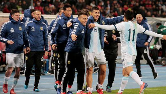 Ángel Correa yendo hacia donde están los suplentes para celebrar el gol del triunfo sobre Marruecos. (Foto: EFE)